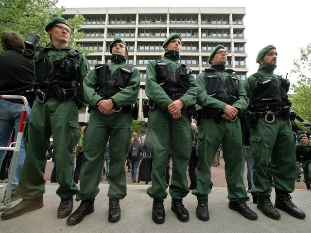 Polizisten stehen in Reih und Glied.
