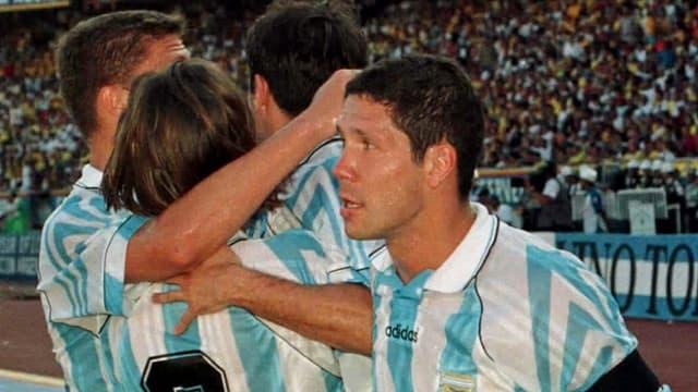 1992 fand die 1. Austragung eines interkontinentalen Wettbewerbs für Nationalmannschaften unter dem Namen «König-Fahd-Pokal» statt. Mit Argentinien, der Elfenbeinküste, den USA und Saudi Arabien nahmen nur 4 Nationen teil. Den Final gewann Argentinien auch dank einem Tor des heutigen Atletico-Trainers Diego Simeone (r.) gegen Saudi Arabien mit 3:1.