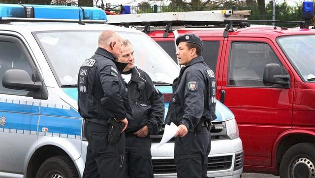 Policists stattan davant in bus da polizia.