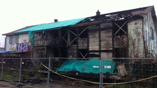 Villa Rosenau, nach dem Brand. Die rechte Hälfte des Hauses ist sichtbar beschädigt.