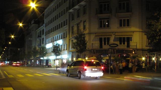 Ein freies Taxi auf der Durchfahrt vor einer Bar in der Stadt Luzern.