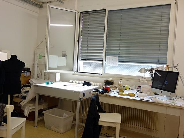 Blick ins Atelier des Mode-Designers mit Leuchtpult und Büro-Arbeitsplatz.