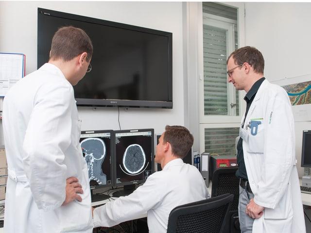 Neurologe Urs Fischer (rechts) mit Kollegen auf der Notfallstation.