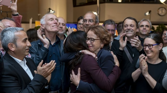 Eva Herzog umarmt Tanja Soland.