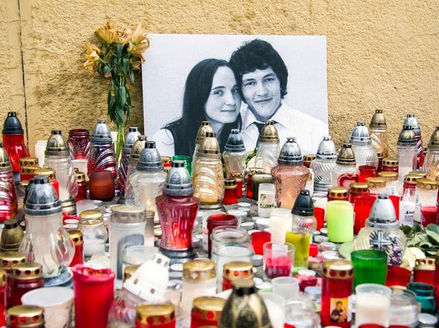 Bild von Kuciak mit Freundin, davor Kerzen