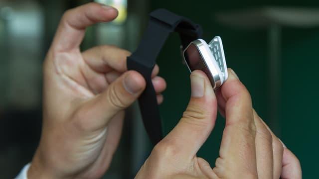 Die Sony Smartwatch ohne Armband. Sieht ein wenig aus wie eine Wäscheklammer.