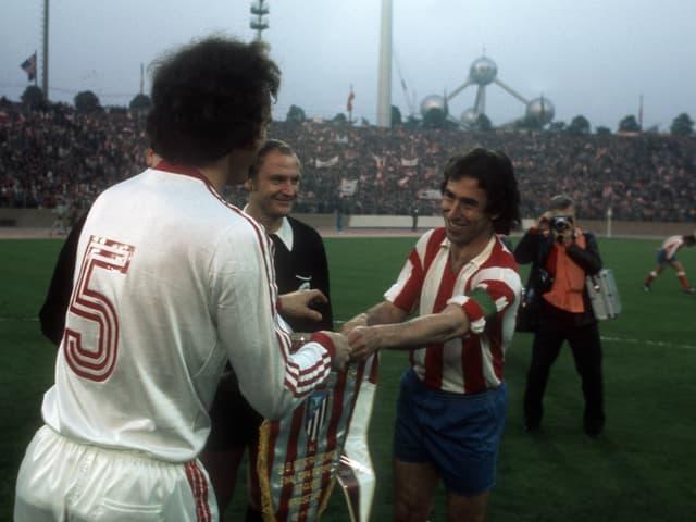 Begrüssung zwischen den Captains Franz Beckenbauer und Adelardo Rodriguez.