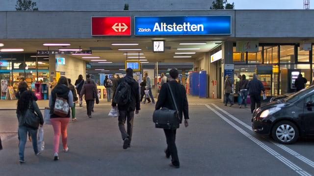 Pendler vor dem Bahnhof Altstetten