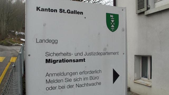 Eine Tafel weist auf das Asylzentrum Landegg hin.