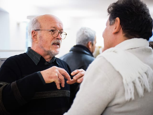 Rolf Geiser im Gespräch mit einem Mann.