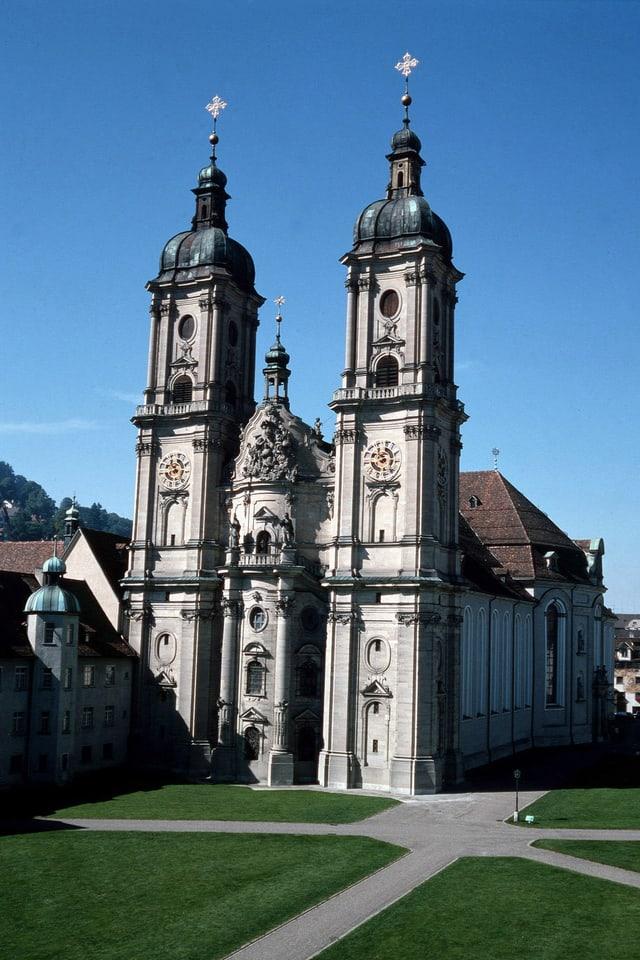Blick auf die zwei Türme der Stiftskirche in St. Gallen.