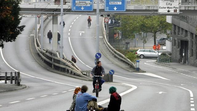 Menschen bewegen sich auf einer sonst viel befahrenen Strasse