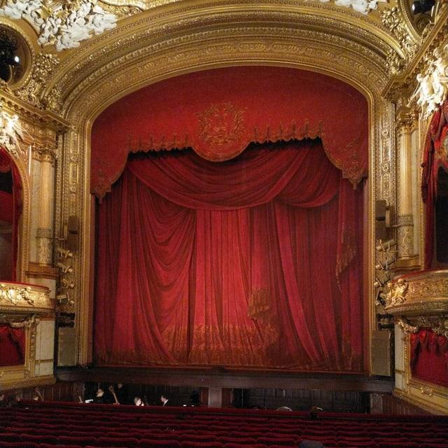 Ein roter Vorhang in einem Opernhaus.
