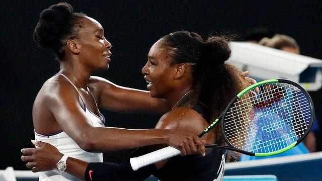 Tennisspielerinnen umarmen sich