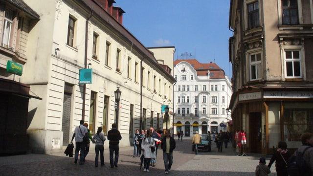 Leute in einer Gasse der polnischen Stadt Cieszyn