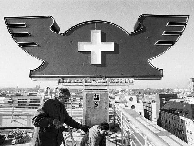 Der Merkurhut, das Signet der Schweizer Mustermesse, wird 1988 auf das Messe-Parkhauses montiert.