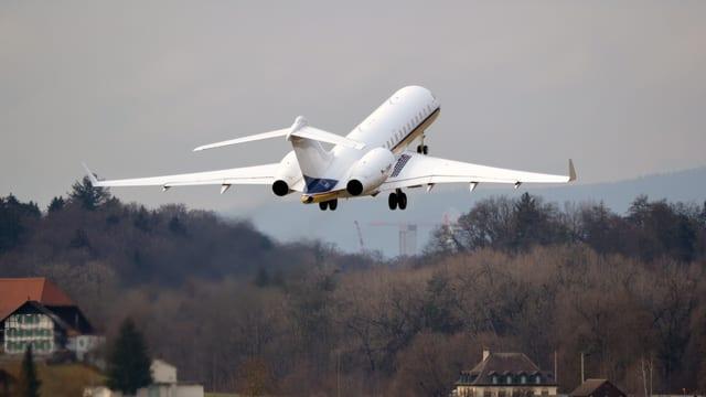 Flugzeug über Belp im Startflug