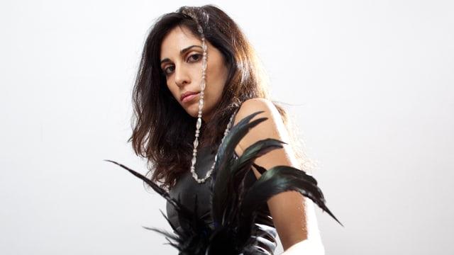 Nahaufnahme der libanesischen Sängerin Yasmine Hamdan.