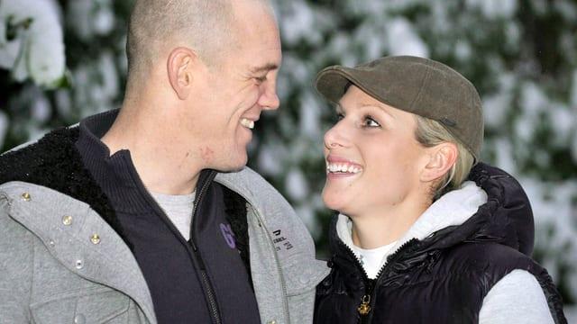 Portät von Zara und Mike Tindall sich lächelnd anschauend.