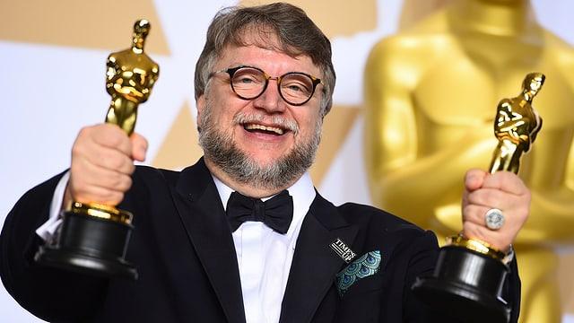 Il reschissur dal film «The Shape of Water» Guillermo del Toro cun dus Oscars enta maun.