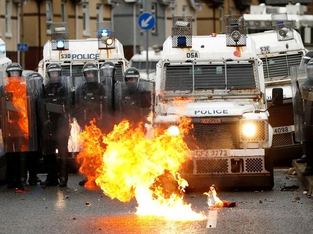 Molotowcocktail explodiert vor Polizisten