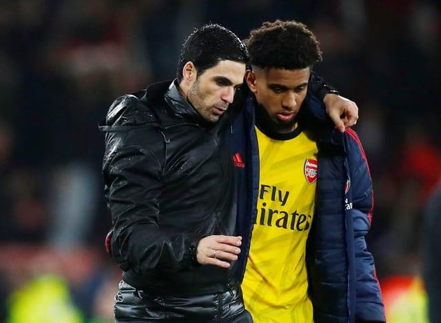 Mikel Arteta nimmt Reiss Nelson nach dem Spiel in die Arme.