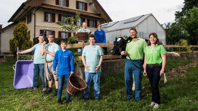 Die Mitwirkenden von «Üse Buurehof» vor dem Erlebnisbauernhof Weiernheim