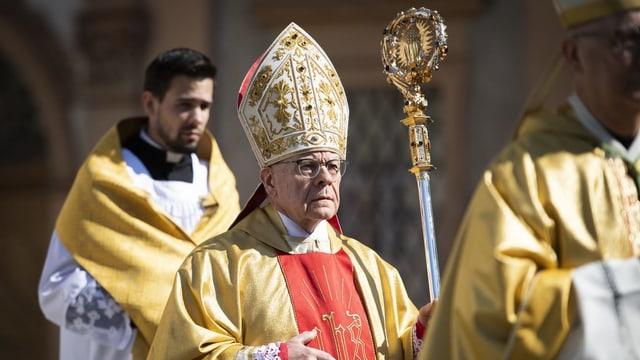 Bischof Huonder mit dem Bischofstab