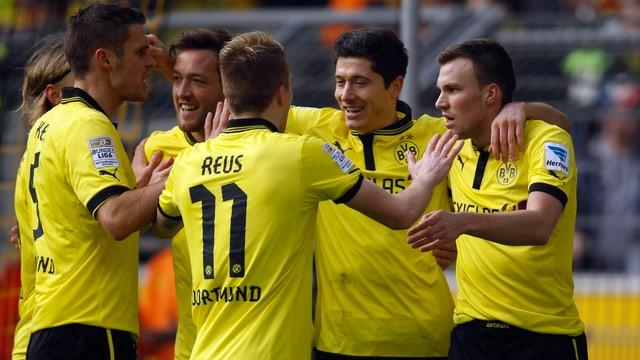 Die Dortmunder freuen sich mit Doppeltorschütze Robert Lewandowski.