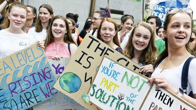 Junge Frauen demonstrieren gegen die Umweltzerstörung.