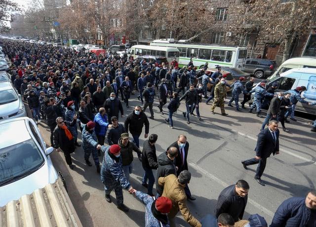 Leute an einer Gegendemonstration.