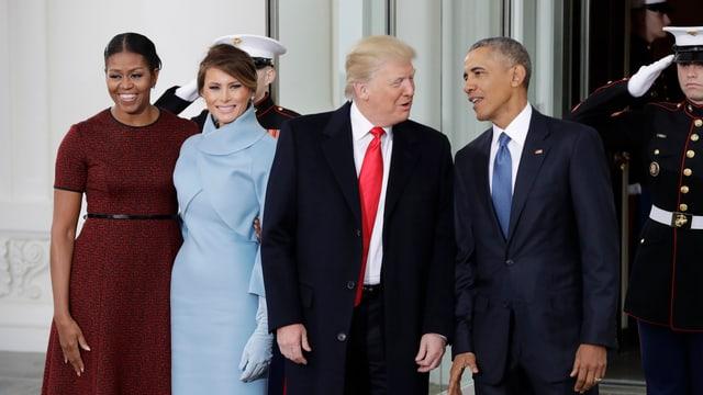 Il president partent Barack Obama beneventa il nov, Donald Trump en la chas'alva a Washington. Lur dunnas èn sanester dasper els
