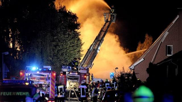 Feuersäule über Häusern