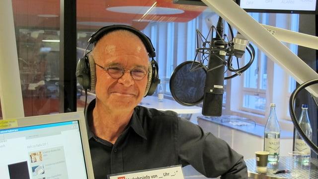 Hannes Schmid im Studi von Radio SRF 1.