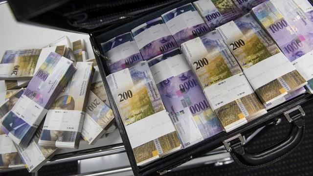 Tausender und hunderter Noten in Aktenkoffer