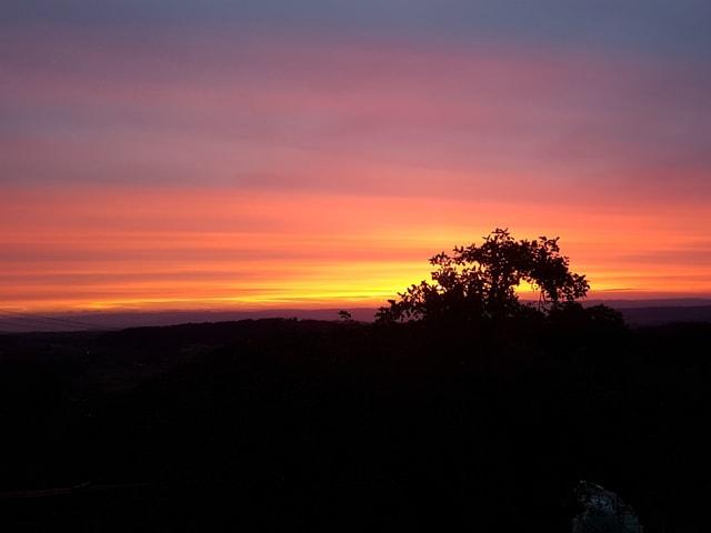 Abendrot, ein Baum im Vordergrund ist nur mehr unscharf zu erkennen.