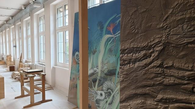 Auf einer farbigen Stellwand ist ein fossiler Meeresgrund abgebildet