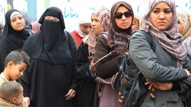 Ägyptische Frauen stehen in einer Gruppe an.