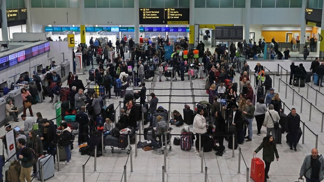 Menschenmenge vor Flughafengate