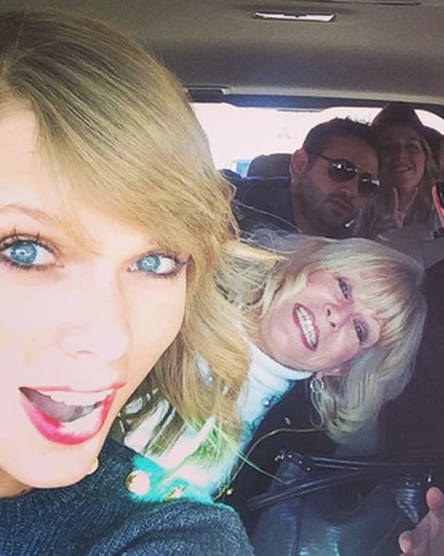 Taylor Swift guckt überrascht
