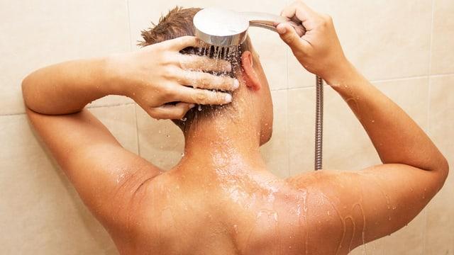 Mann unter Dusche