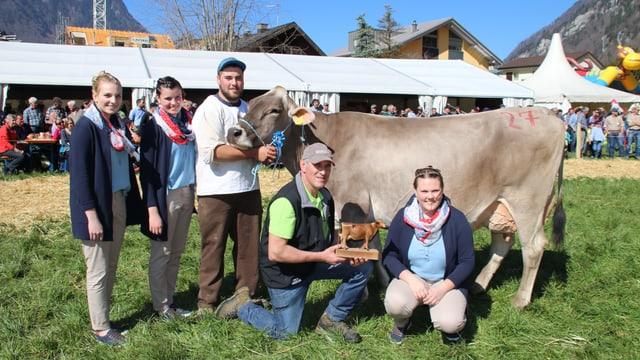 Prämierte Kuh und Besitzerfamilie.