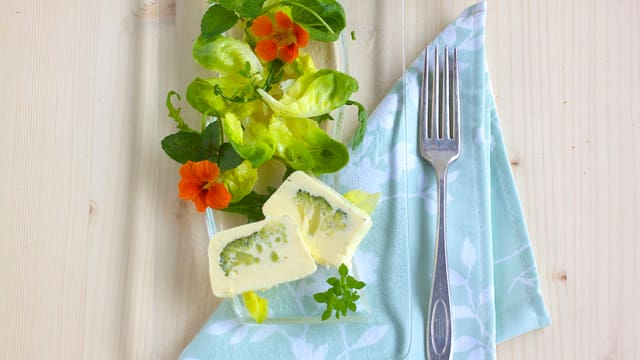 Broccoli Terrine mit Salat.