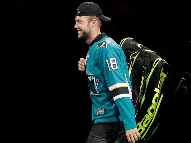 Zur Freude der Zuschauer lief Sock im Dress er San Jose Sharks ein.