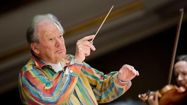 Marriner in buntem Hemd mit einem Dirigentenstab