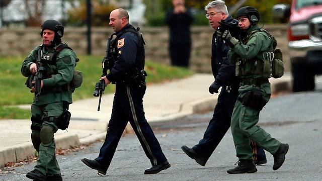 Schwerbewaffnete Polizisten im Einsatz