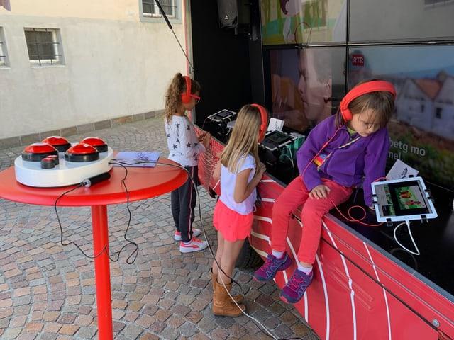 uffants stan a la Microlotta e guardan filmins da la Famiglia Babulin