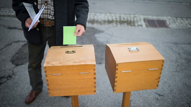Duas urnas da votaziun a Sursaissa.