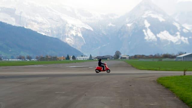 Roller auf Flugpiste auf dem Flugplatz Buochs