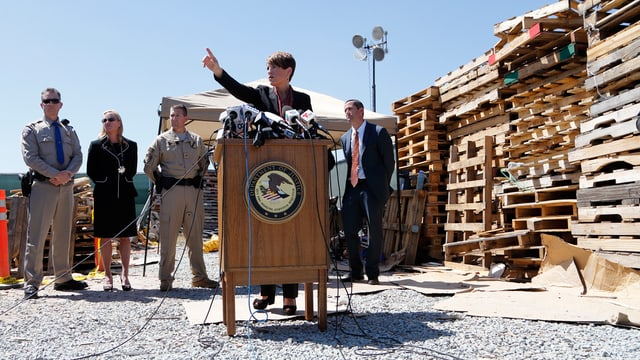 la procuratura publica tar la conferenza da pressa en vischinanza da San Diego.